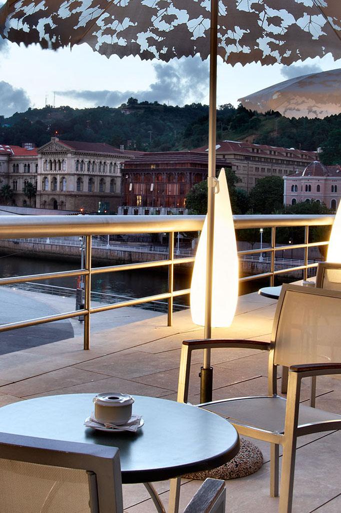 Una terraza de Bistró Guggenheim Bilbao, un espacio exclusivo rodeado de titanio, disfruta de nuestra carta de combinados en un entorno único en el mundo
